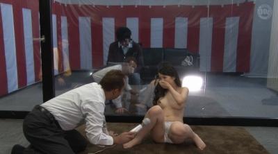 マジックミラーの向こうには愛する旦那!新婚美人妻が賞金めざして野球拳で勝負!ミラー越しの旦那の前で裸になった人妻は恥ずかしいけどぐっちょり興奮!?素人若妻ネトラレ生中出し野球拳!!_10