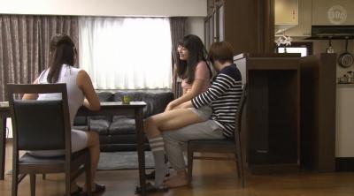 じゃれて突然膝の上に座ってきた女のお尻が股間にピタ!!お尻を動かす度に膨らむ僕のチ○コに気付いた彼女は…2_1