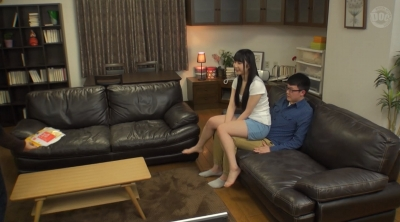 じゃれて突然膝の上に座ってきた女のお尻が股間にピタ!!お尻を動かす度に膨らむ僕のチ○コに気付いた彼女は…2_13