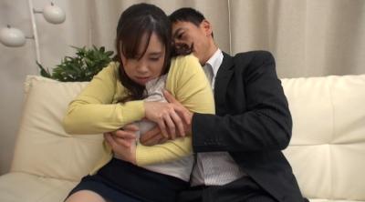寝ている夫の隣で寝取られスリルを楽しむ不埒な奥さん7人_8