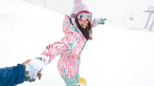 【かなえ 22歳 /しおり 22歳】ゲレンデナンパ 02 吹雪の中で見つけたスノボ美女2人組!男も女もエロいトリックで魅せまくり乱れまくりな4P乱交SEX!!_2