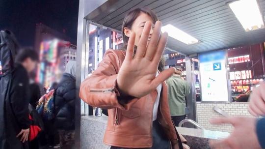 【ひな 24歳 バーテン】マジ軟派、初撮。 1286 新宿歌舞伎町で見つけた広島なまりのバーテンダー♪ナンパされて嫌悪感むき出しだった彼女だが…。彼氏なし、セフレなし…今年入って一度もヤッてないから欲求不満!寂しさ耐えきれずに股が緩み、出会ったばかりの男のチ●ポに貪り付くドM美女♪_7