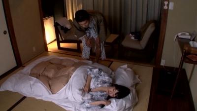 出張先の旅館の手違いで同僚とまさかの相部屋に!!気まずい空間の中一緒に寝ていると、浴衣の隙間から見える巨乳!巨乳!巨乳!!完全に乳がポロリ状態になったとき、触っていいのか悪いのか。男としての究極の選択が迫りくる!!_14